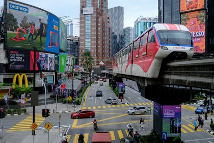 Un train Rapid KL, exploité par Prasarana Malaysia Bhd., Se déplace le long d'une voie surélevée à Kuala Lumpur, en Malaisie, le mardi 12 janvier 2021. Le roi de Malaisie a déclaré l'état d'urgence dans la nation d'Asie du Sud-Est, dans une mesure qui pourrait permettre au gouvernement en difficulté de retarder les élections alors qu'il s'attaque à l'aggravation de la pandémie de coronavirus.