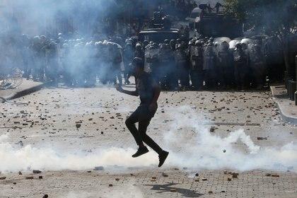 Un manifestante frente a los policías (REUTERS/Aziz Taher)