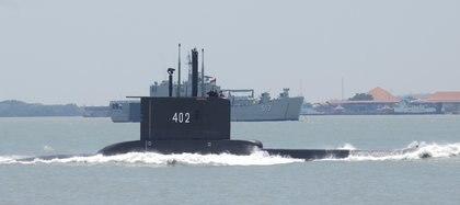 El submarino KRI Nanggala-402 de la Armada de Indonesia navega en Surabaya, provincia de Java Oriental, Indonesia, el 25 de septiembre de 2014. Fotografía tomada el 25 de septiembre de 2014. M Risyal Hidayat / Antara Foto / via REUTERS