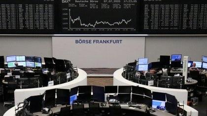El gráfico del índice alemán DAX en una pantalla en el interior del edificio de la bolsa de Fráncfort, Alemania, el 7 de julio de 2020 (REUTERS/Personal)