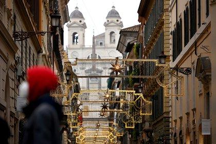 La Iglesia Trinita dei Monti en la vía central de Roma. (Photo by Vincenzo PINTO / AFP)