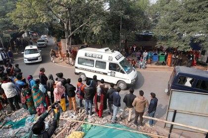 Un vehículo hospitalario lleva el cuerpo de la víctima de violación a su residencia en Nueva Delhi, India, 7 de diciembre de 2019.REUTERS/Adnan Abidi