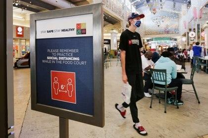 Medidas de distanciamiento social en un centro comercial de Estados Unidos. REUTERS/Micah Green