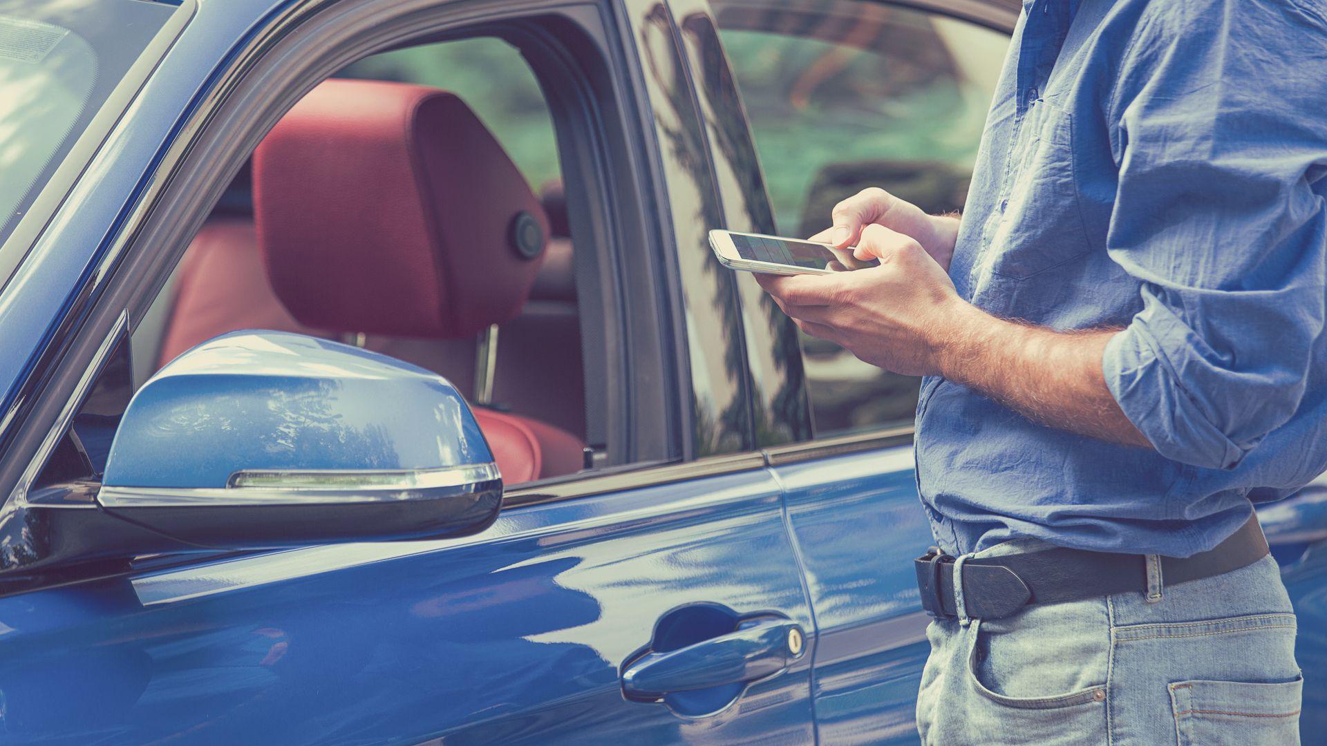 Desde la aplicación en el celular, el conductor podrá revisar el GPS y sus hábitos de manejo (Shutterstock)