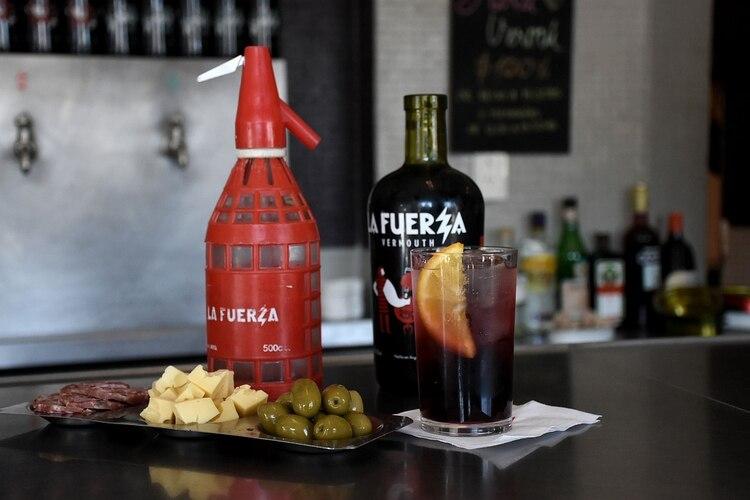 Vermú con soda y la picada clásica, una de los triolets que ofrecen en la vermutería para acompañar la bebida