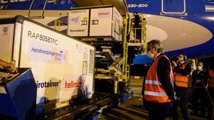 El presidente Alberto Fernández recibió personalmente esta semana el último cargamento de 1 millón de vacunas Sinopharm a Ezeiza, por ahora.