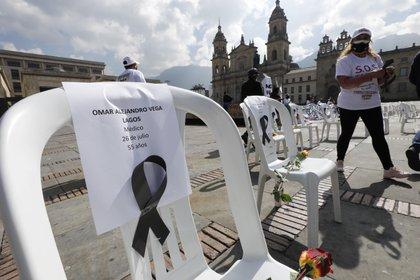 Trabajadores de la salud en Colombia fueron registrados este lunes al rendir un homenje póstumo a más de 160 colegas que han muerto víctimas de la covid-19 en este país suramericano, frente a la sede de Parlamento, en Bogotá. Colombia, con más de un millón de infectados, es el octavo país del mundo con mayor número de contagios de la covid-19. EFE/Mauricio Dueñas Castañeda
