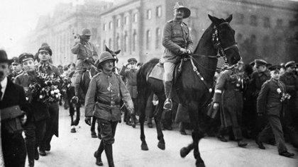 El general alemán Paul von Lettow-Vorbeck (a caballo), desfila por Berlín tras el fin de la Primera Guerra Mundial (Maizal Ediciones)