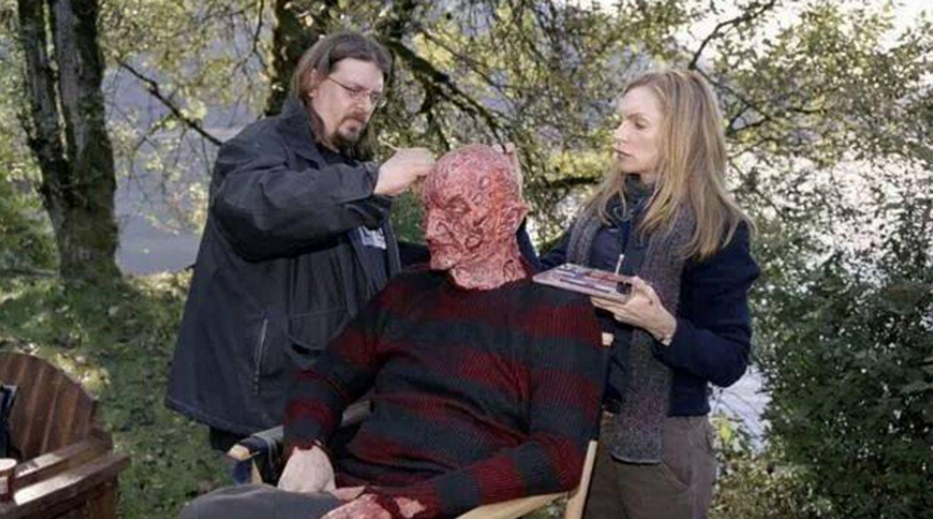 Robert Englund maquillándose para interpretar a Freddy Krueger