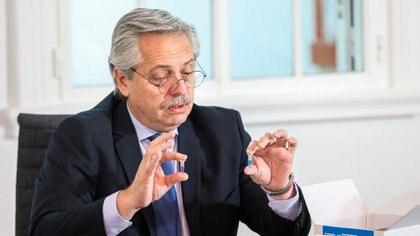 Alberto Fernández, con el kit de testeo rápido de coronavirus desarrollado por científicos argentinos