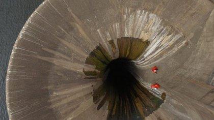 Imágenes de los especialistas en el procedimiento del rescate de la piedra y el análisis de daños (Cadena 3)
