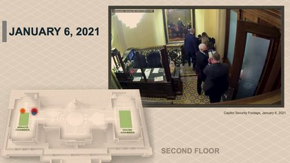 El ex vicepresidente de EEUU, Mike Pence, es custodiado y protegido de la turba. U.S. Senate/Handout via Reuters