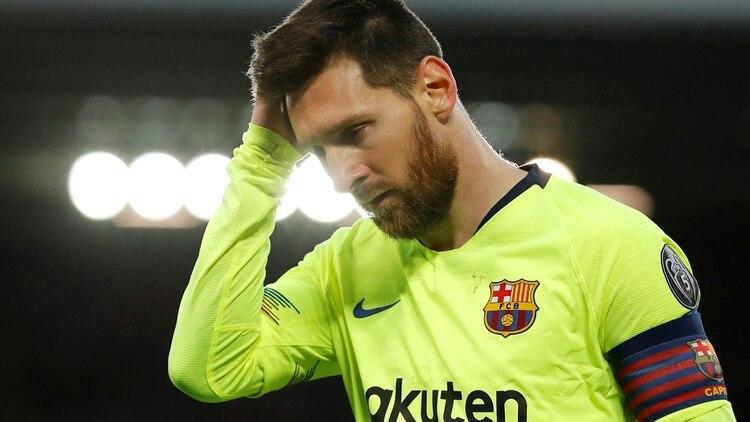 Lionel Messi se lamenta por la derrota del Barcelona ante Liverpool que lo eliminó de la Champions League(REUTERS)