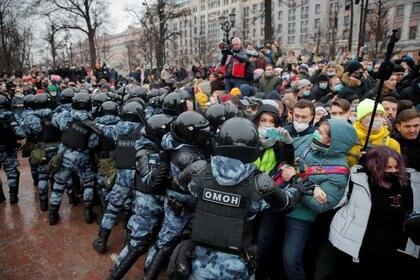 Agentes de las fuerzas del orden empujan a la gente durante una concentración en apoyo del líder opositor ruso encarcelado Alexei Navalny en Moscú, Rusia, el 23 de enero, 2021. REUTERS/Maxim Shemetov