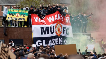 La protesta de los hincas del Manchester United contra la familia Glazer,  los propietarios estadounidenses del club (REUTERS/Phil Noble)