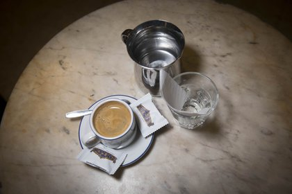 Pocillo de café, un expresso, un clásico café que sirven en Tortoni