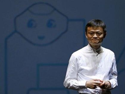 Jack Ma, fundador y presidente ejecutivo de Alibaba Group de China, habla frente a una imagen del robot de SoftBank llamado 'pimienta' durante una conferencia de prensa en Chiba, Japón, 18 junio 2015 (REUTERS/Yuya Shin)