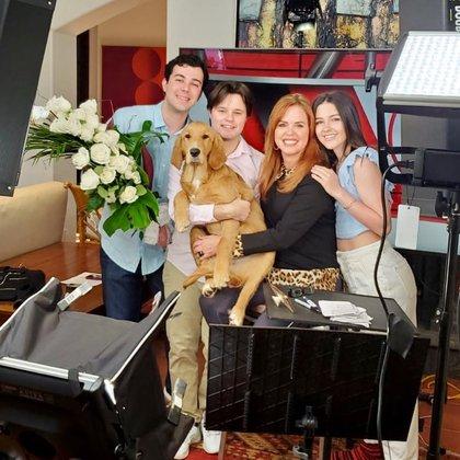 Archie, el perro, y la familia, apoyan en las labores de transmisión vía remota (Foto: Instagram @MaríaCelesteArrarás))