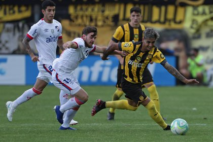 Facundo Torres de Peñarol disputa el balón con Alfonso Trezza de Nacional (EFE)