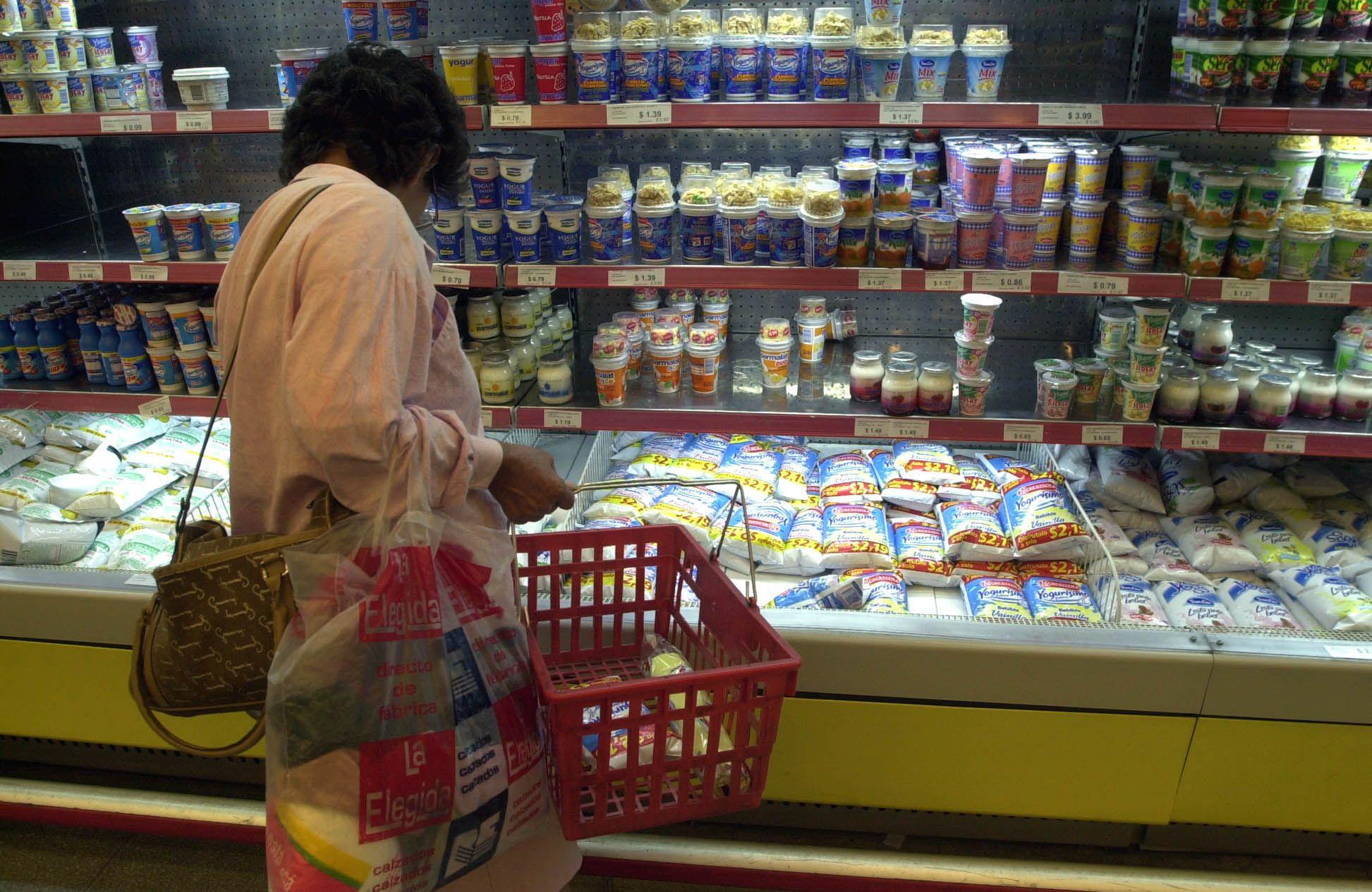En 2020 cayó fuertemente el consumo de los productos de mayor valor agregado, como el yogurt en pote, los postres, flanes, quesos duros y untables, entre otros. (DyN)