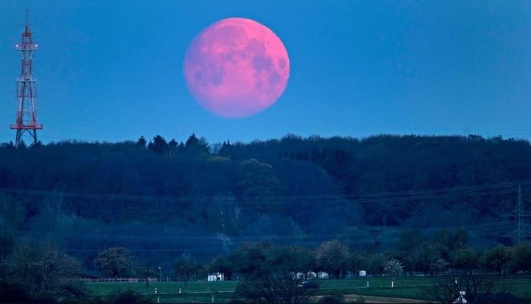 Se trata de una Luna llena que, al orbitar, se forma en el punto más cercano a la Tierra, proceso denominado perigeo (AP)