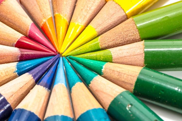 Los colores rodean a las personas 679c2feccfef