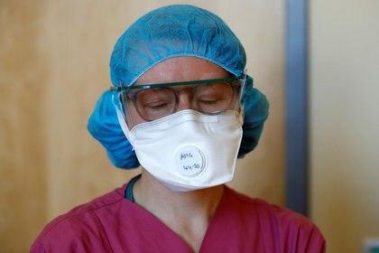 Una médica cierra los ojos después de tratar a un paciente que sufre coronavirus en una unidad de cuidados intensivos del hospital comunitario de Havelhoehe en Berlín (Reuters)