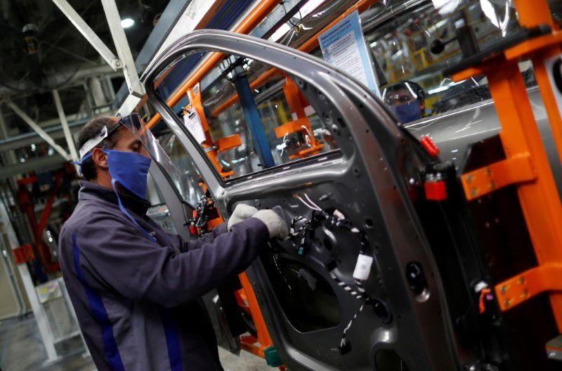 Las medidas benefician a todos los empleados del sector privado en relación de dependencia (REUTERS/Agustin Marcarian)