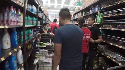 Es posible observar que en los pasillos del supermercado no había espacio suficiente para que el youtuber mantuviera las medidas de sana distancia. (Captura: Youtube/SoyDavidShow)
