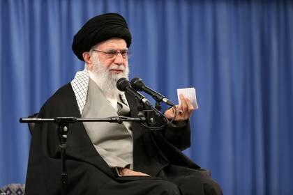 El Ayatollah Ali Khamenei habla durante un encuentro en Teherán, en febrero pasado (Reuters)