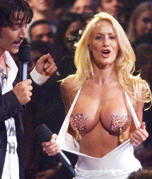 Apareció en los premios MTV mostrando sus senos cubiertos apenas con dos calcos