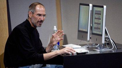 Steve Jobs en el cuartel central de su empresa, en Cupertino, California, en una demostración de las nuevas versiones de iMac y iLife, en 2007. (David Paul Morris/Getty Images)