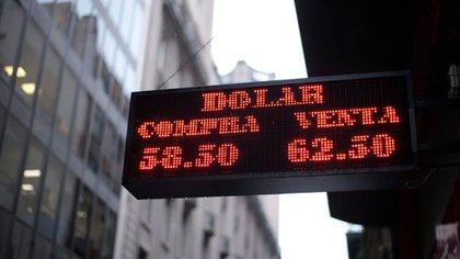 El dólar oficial se mantiene estable por los controles de cambio y la intervención oficial. Las cotizaciones paralelas subieron con fuerza en la semana
