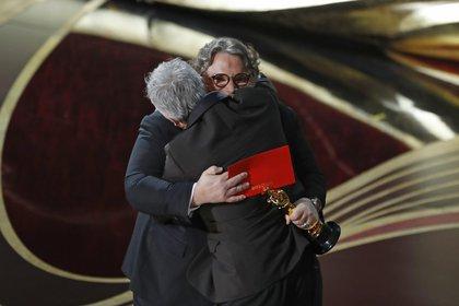Guillermo del Toro le entregó a Cuarón el Oscar por Mejor Director  (Foto: REUTERS/Mike Blake)