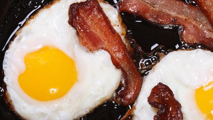Las carnes rojas y los huevos también contienen grandes cantidades de grasas saturadas (Shutterstock)