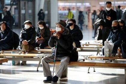 Un hombre usa una máscara para protegerse contra el nuevo coronavirus en la Estación de Ferrocarril de Seúl, Corea del Sur