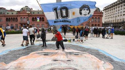 Afuera de la Casa de Gobierno, miles de personas esperan brindarle el último adiós a Diego Armando Maradona (Maximiliano Luna)