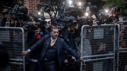 Fotógrafos esperan a las puertas de la Embajada de Arabia Saudita en Estambul, luego de que se conociera la desaparición del periodista Jamal Khashoggi. (CHRIS MCGRATH GETTY IMAGES)
