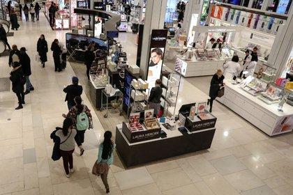 Imagen de archivo de personas comprando en una tienda Macy's en Nueva York, EEUU, Marzo 11, 2019. REUTERS/Brendan McDermid