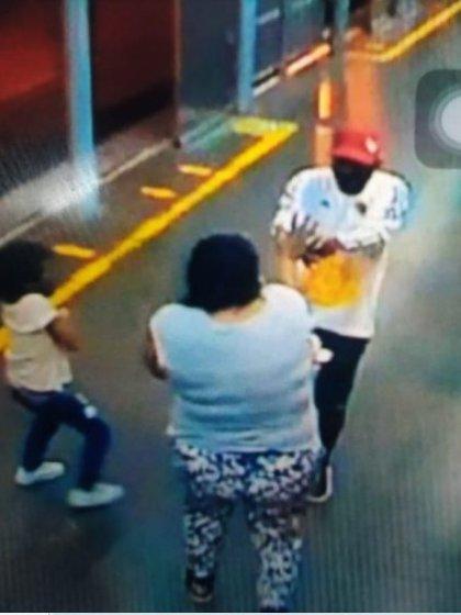 Una de las versiones, según un medio local de Cali, apunta a que el perpetrador era la expareja sentimental de la víctima. (Captura video de cámara de seguridad)