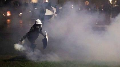 Toque de queda, choques con la policía y saqueos: otra noche de protestas en Minnesota tras la muerte del joven afroamericano