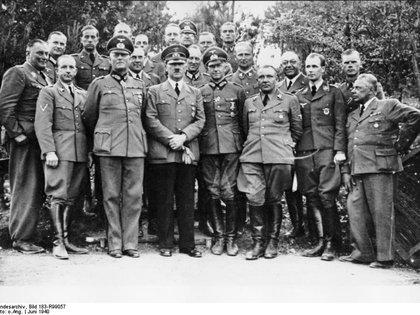 Theodor Morell (en la segunda fila, a la izquierda, sin uniforme), junto a los hombres más cercanos a Hitler (Wikimedia Commons)