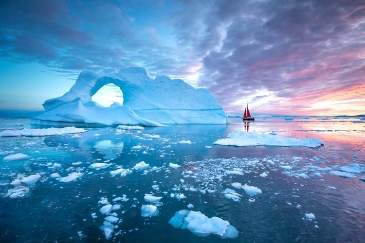 Si bien el cambio climático ciertamente ha afectado las impresionantes formaciones de hielo de Groenlandia, los visitantes todavía pueden ver muchos icebergs flotando en las aguas del país