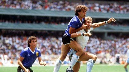 Terry Butcher pelea con Oscar Ruggery durante un tiro de esquina (Foto: Sport Colorsport / Shutterstock)