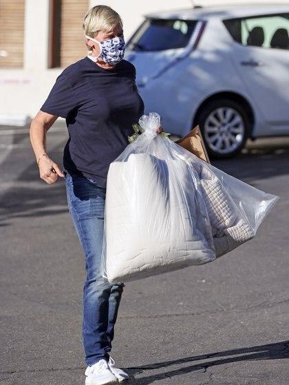 Ellen Degeneres y Portia de Rossi estuvieron de compras en Santa Bárbara. La conductora y la actriz visitaron la exclusiva tienda Wendy Foster Montecito durante el fin de semana. Según las imágenes, compraron ropa de cama. La reconocida animadora lució un look casual: jeans, zapatillas blancas y remera azul. Además llevó su tapabocas