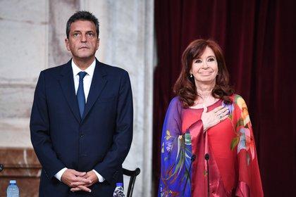 """El atuendo de la vicepresidenta Cristina Kirchner sin dudas fue el que se llevó todas las miradas. Según las expertas en colorimetría, el rojo es el color que se utiliza para destacarse entre la multitud. En general es una manera de comunicar a los demás """"aquí estoy"""" y cobrar protagonismo. """"Cristina lleva un conjunto de la diseñadora Susana Ortiz compuesto por una musculosa de seda con un poncho de gasa tipo túnica con una guarda de satén en tono bordo, estampado en colores vivos en la gama de los rojos y bordo con sutil transparencia. Se la notó molesta, tratándose de acomodar la túnica en todo momento"""", aseveró la asesora de moda e imagen Susana Milano"""