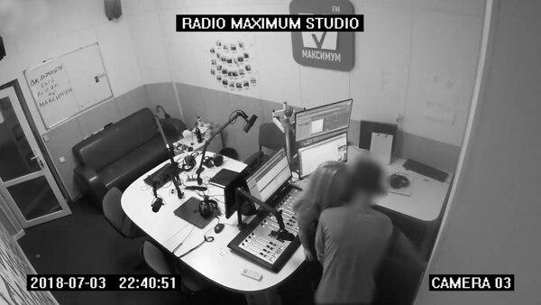 El empleado de la radio invitó a una mujer al estudio
