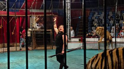 Luba el Helw, una de las seis domadoras que trabajan actualmente en el Circo Nacional en Gamasa, Egipto, el 9 de febrero de 2020. (Heba Khamis/The New York Times)