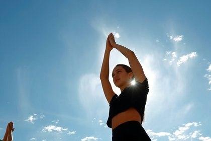 Se necesita más investigación para comprender quién realmente se puede beneficiar más del yoga y qué se puede hacer para ayudar a que estas respuestas perduren por un periodo más prolongado (REUTERS/Francois Lenoir)