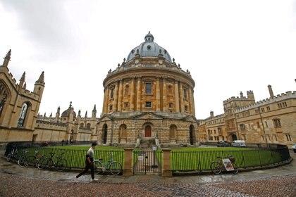 GRÁFICO Un hombre camina frente a los edificios de la Universidad de Oxford Inglaterra el 6 de octubre de 2020. REUTERS  Matthew Childs